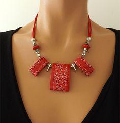 Collier rouge au motif original et élégant en polymère. : Collier par vilicreation