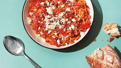 """Niin maukas, että siihen voi jäädä """"pysyvä himo"""" – Kasmirin pastaohje on herkkuruoka - Ajankohtaista - Ilta-Sanomat Pepperoni, Chana Masala, Feta, Chili, Oatmeal, Recipies, Pizza, Soup, Yummy Food"""