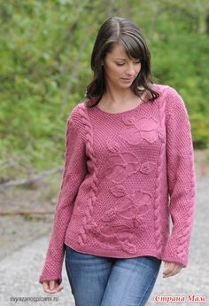 Вся красота этого пуловера от дизайнера Susie Bonell заключена в центральной панели с цветами, которая в обрамлении кос выглядит объемно и эффектно.