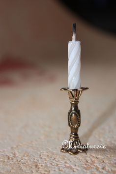 To make the mini candlestick you string beads on a cord and stick a b-day candle… Dollhouse Miniature Tutorials, Miniature Crafts, Miniature Houses, Miniature Dolls, Diy Dollhouse Miniatures, Dollhouse Design, Minis, Miniature Furniture, Doll Furniture
