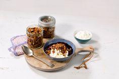 En sunn og god hverdagsdessert. Har du først laget granola, kan du kose deg uten anstrengelse. Monkey Bread, Cottage Cheese, Healthy Cooking, Granola, Oatmeal, Breakfast, Food, The Oatmeal, Morning Coffee