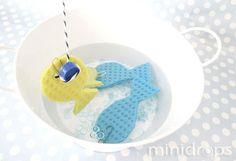 Benötigt werden ✓ bunte Küchenschwammlappen ✓ Büroklammern ✓ Magnet ✓ BakersTwine , Stock ✓ eine mit Wasser gefüllte Wanne / große Schüssel Aus den Küchenschwämmen Fische ausschneiden und eine Büroklammer daran befestigen. Einen Magneten (z.B. von einer Magnettafel) an einer Schnur befestigen und dann an den Stock binden. Die Kinder können nun die Fische aus …