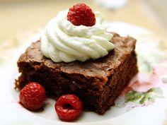 Brownies on täyteläinen amerikkalainen leivonnainen, jossa suklaa ja saksanpähkinärouhe yhdistyvät tuhdiksi kokonaisuudeksi.