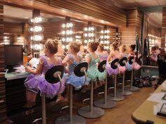 Fotografia di Evelyn Reinson, National Geographic Your Shot  Nel camerino del Teatro Mahaffey a St. Petersburg, Florida.