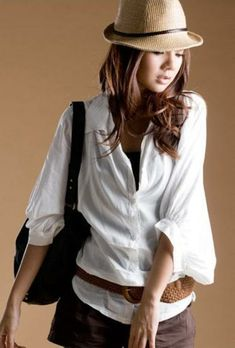 The plain white tee offers limitless styling potential. Herewith, a bevy of fresh street style looks to rev up your fall fashi… Style Casual, Casual Looks, My Style, Comfy Casual, Mode Ab 50, Safari, Concert Looks, Bridesmaid Shirts, Fashion Seasons