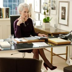 The Devil Wears Prada: Meryl Streep as Fashion Magazine Editor Miranda Priestly (Anna Wintour) 2006 Miranda Priestly, Anna Wintour, Meryl Streep, Devil Wears Prada, Celebrity Short Haircuts, Short Hairstyles, Celebrity Style, Hostile Work Environment, Hollywood Actresses