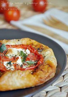 La meilleure recette de Feuilletés tomate et fromage de chèvre à la provençale! L'essayer, c'est l'adopter! 4.8/5 (6 votes), 4 Commentaires. Ingrédients: Pour 4 feuilletés - 300Gr de pâte feuilletée (maison si possible, recette sur mon blog) - 4 belles tranches de tomates - 4 belles tranches de fromages de chèvre en bûche - du pesto rosso (= pesto rouge ou pesto aux tomates séchées) - des herbes de provence - du basilic frais ciselé - du poivre