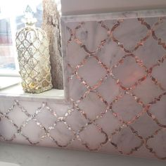 Cassie Chapman Eva Marmor & Perlmutt Fliesen Backsplash fit for a Queen! Des Accents D'or, Glitter Grout, Wet Rooms, Mosaic Tiles, Arabesque Tile Backsplash, Decoration, Queen, House Design, Pearls
