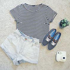 Look casual com short jeans, t-shirt listrada (stripes) e tênis Keds de poás // #meukeds