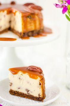 Tarta de queso con nueces pecanas y salsa de toffee...