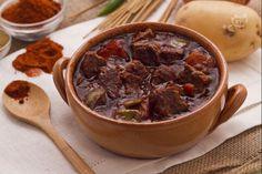 Il gulash è un tipico piatto ungherese a base di carne di manzo che può essere consumato come secondo o come piatto unico.