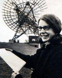Susan Jocelyn Bell Burnell, es una radio-astrónoma irlandesa. En 1967 descubre el primer púlsar. Se trata de una nueva fuente de ondas radio, situada en el universo, que emite impulsos regulares -pulsantes- de ondas electromagnéticas de duración extremadamente corta, identificó la fuente como una estrella de neutrones de rápida rotación.