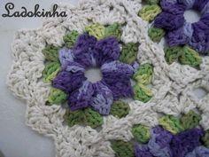 Flor de crochê ... do tapete que fiz para o meu quarto! ... Modéstia a parte ... rs ... ficou lindo! ... rs Beijokas