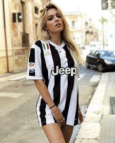 Hot Football Fans, Football Girls, Football Outfits, Soccer Girls, Cristiano Ronaldo Shirtless, Hot Fan, Juventus Fc, Football Wallpaper, Jersey Girl
