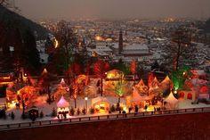 Beleuchteter Weihnachtsmarkt auf Schloss Heidelberg mit Blick auf die Altstadt