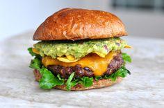 Guacamole-Cheeseburger mit Nachos | BBQPit.de