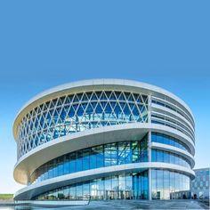 Barco One Campus от студии Jaspers-Eyers Бельгийской компании Барко потребовалась новая централизованная инфраструктура для размещения своих сотрудников. Ей стало здание «The Circle» — штаб- квартира компании. Это монументальное здание диаметром 75 метров и высотой 25 метров, расположенное в Kennedypark, Бельгия, можно увидеть издалека.