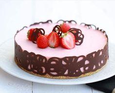 Tarta mousse de chocolate blanco con fresas