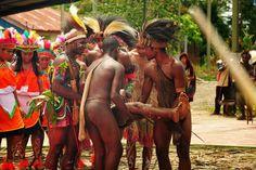 Ayo, kawan, kita tunjukan kepada dunia bahwa kita berbeda dari mereka, kita juga satu bangsa, bangsa Papua, dari rumpun Melanesia di Pasifik yang hidup di tanah air Papua dengan terus mempertahankan budaya kita yang adalah penanda untuk menunjukkan siapa kita.