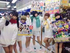 Dempagumi.inc / でんぱ組.inc - holding promotional materials for new single
