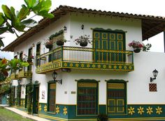casas antioqueñas turismo Spanish Style Homes, Spanish Revival, Spanish Colonial, Exterior Design, Interior And Exterior, Zoo Architecture, Estilo Colonial, Colombia Travel, Beautiful Space