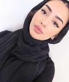 girls discovered by K❁ on We Heart It hijab girls - Hijab Hijabi Girl, Girl Hijab, Beautiful Muslim Women, Beautiful Hijab, Muslim Fashion, Hijab Fashion, Beau Hijab, Mode Turban, Turban Hijab