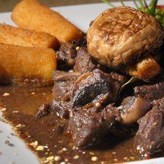 Vörösboros-gombás szarvasragu Beef, Dishes, Recipes, Food, Meat, Plate, Rezepte, Essen, Utensils