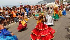 Dançarinas do Rio Maracatu rodam as saias durante o desfile do bloco, em Ipanema Foto: Mônica Imbuzeiro / Agência O Globo