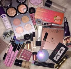 Mascara allows you to darken and extend your eyelashes to true movie starlet glamour, and forms the central piece of many women's make up bags. Get the most from this essential bit of make up kit with these three essential mascara tip Makeup Guide, Makeup Geek, Skin Makeup, Makeup Inspo, Makeup Storage, Makeup Organization, Maquillage Kylie Jenner, Round Makeup Brushes, Make Up Marken