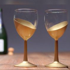 DIY Metallic Home Accents That Only Look Expensive,Everyday Tips and Tricks Don't settle for mediocre glassware. Go for the gold with glass gilding decoration tips. Diy Wedding Video, Wedding Videos, Wedding Tips, Wedding Venues, Trendy Wedding, Diy Wine Glasses, Painted Wine Glasses, Glitter Wine Glasses, Champagne Glasses
