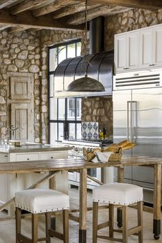 20 Lovely Rustic Country Kitchen Decor Ideas You Should Copy - Whilst many retailers are championing the sleek minimal line for Century kitchen design, the reliable rustic country kitchen look is still a firm. Rustic Kitchen Island, Rustic Kitchen Cabinets, Rustic Kitchen Design, Farmhouse Design, Rustic Design, Interior Design Kitchen, Country Kitchen, Rustic Decor, Rustic Charm
