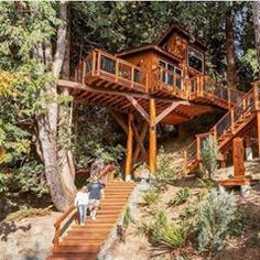 Hands up if you want to come home to this. Treehouse Living, Treehouse Cabins, Beautiful Tree Houses, Cool Tree Houses, Floating Architecture, Architecture Details, Framing Construction, Woodland House, Tree House Designs