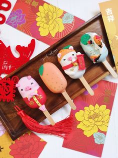 Piggy and Fortunes - Chinese New Year - allsaus. Chinese New Year Desserts, Chinese New Year Cake, Chinese Cake, Magnum Paleta, New Year's Cake, Cute Donuts, Year Of The Pig, Cute Desserts, Small Cake