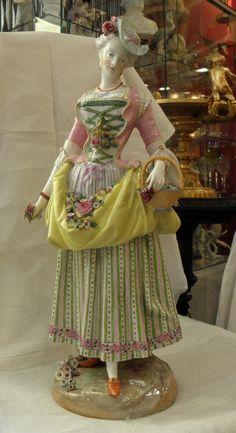 Meissen dans le goût.Elégante aux fleurs.Porcelaine.Style Louis XVI.Vers 1900.H 47,00cm