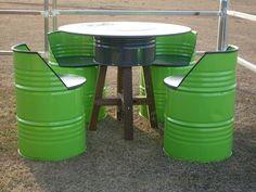 Se tiver velhas barris de gasóleo em casa não os deite para ao lixo, pois com eles pode criar lindas peças de mobiliário para o seu jardim. Veja as mesas e cadeiras que um jovem casal criou com velhos barris. Não são fantásticas estas peças de mobiliário?