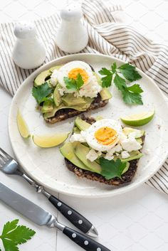 Wholegrain toast with avocado, egg and soft cheese on white plate, healthy breakfast healthy eating concept. Wholegrain toast with avocado, egg and soft cheese on white plate, healthy breakfast healthy eating concept. Healthy Breakfast On The Go, Healthy Breakfast Recipes, Healthy Snacks, Healthy Eating, Healthy Recipes, Healthy Plate, Gourmet Breakfast, Healthy Breakfasts, Yummy Recipes