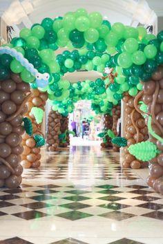 Balloon Tree Entrance from a Jungle Animals Birthday via Kara's Party Ideas… Safari Theme Party, Safari Birthday Party, Jungle Party, Animal Birthday, Birthday Parties, Jungle Balloons, Balloon Tree, Balloon Decorations Party, Animal Party