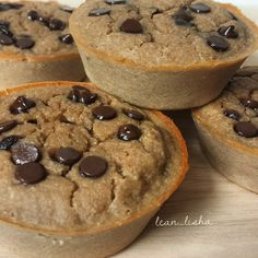 """""""Chocolate Chip Banana Protein Muffins (makes 6 muffins). By @lean_lisha  1/2 cup oat flour 1 scoop protein powder of choice (vanilla or chocolate) 2…"""""""