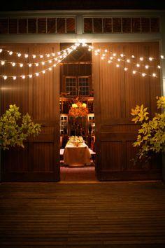 gorgeous barn wedding lights ariellaflowers.com