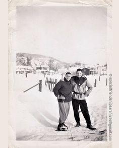 « Winter fun » Friends taking a break after skiing in beautiful snowy landscape! /// Des amis prennent la pause pendant une journée de ski dans un beau paysage d'hiver! #bromance #gay #wintersports #snow #neige 🎿
