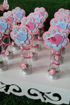 Tubetes Grande de acrílico, personalizados com tags em 3D, fita e flor em cetim.