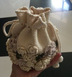 Handmade crochet of Irish lace. Decorated with flowers, buds and leaves, as well as tape. The product is ready to ship, you can order these, at least 2-3 weeks. Height 16 cm. Diameter of 12 cm. Payment only Paypal. Send within 3-5 days after confirmation of payment. Please contact