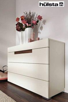 Hulsta Elumo II commode met houtinleg gelakt glas, kleur laque wit, 4 laden 2, kwaliteit en design , dealer theo bot meubelen, bedden, matrassen, hoorn , zwaag