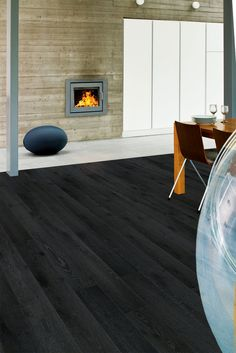 Sortbehandlet gulv - Eikeparkett i fargen Wenge børstet med mattlakkert overflate.#timberwise #parkett #tregulv #skogr #inspo #maskulint Wooden Flooring, Hardwood Floors, Treatment, Classic, Interior, Modern, Beautiful, Design, Home Decor