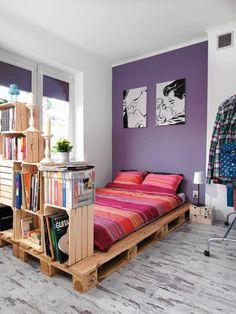 meuble palette facile à construire, chambre à coucher girly et fonctionnelle avec un lit en palette et une étagère en cagettes