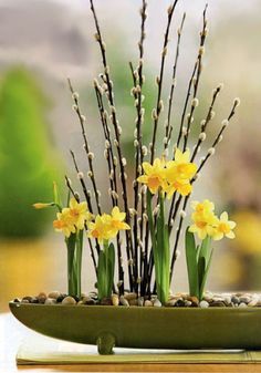 Tete a tete daffodils & Pussy Willow make an instant Spring Mini Garden-maybe add a few pansies,violets-if you want to include potting mix instead of only pebbles. Ikebana, Pussy Willow, 32 Cool, Narcisse, Deco Floral, Art Floral, Welcome Spring, Spring Home Decor, Deco Table