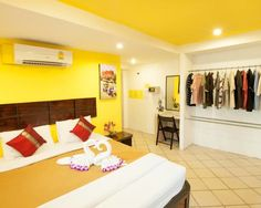 Rich Beach Resort in Lamai Koh Samui is perfect for its location to the beach and its cheap rooms. Central Lamai beachfront it doesn't get better. http://www.welovekohsamui.com/listing/rich-resort-beachside-hotel/