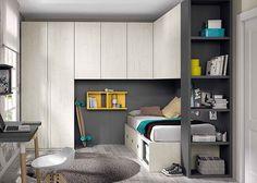 Habitación juvenil con compacto altillo puente y armario.
