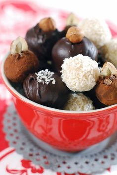15 Amazing Chocolate Truffle Recipes To Make. Just sub Vegan Chocolate and Coconut Milk!~ a nice small present to make for the host Candy Recipes, Raw Food Recipes, Sweet Recipes, Dessert Recipes, Fudge, Raw Chocolate, Chocolate Recipes, Chocolate Brownies, Chocolate Covered