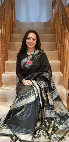 Sonya Madeira looks ravishing in Kankatala's black Sambhalpuri Ikat saree, an artistic ethnic weave from Odisha. Sonya's sense of style enhances the look - the black Uniglo tee as blouse to suit the London weather, the green beads and bindi for colour! Thank you, Sonya!  #ClientDiaries #SambhalpuriSaree #IkatSaree #HandloomSaree #Kankatala Sambalpuri Saree, Handloom Saree, Silk Sarees, Black Thunder, Green Suit, Saree Models, Bindi, Saris, Sarees Online